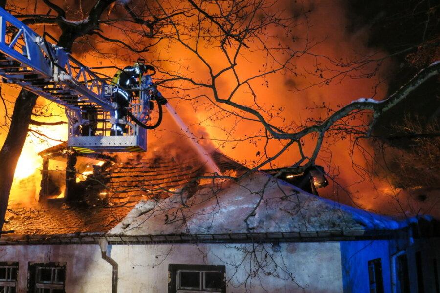 Am Freitag gegen 4 Uhr waren die Feuerwehren zum Brand an der Auer Talstraße alarmiert worden. Auch in den Tagen darauf gab es mehrere Einsätze wegen aufflammender Glutnester.