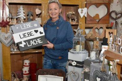 """Lädt zum Stöbern und Basteln ein: Manuela Steiniger in ihrer Schönecker """"Naturwerkstatt"""". Einen Großteil des dortigen Sortiments kreiert und fertigt sie selbst an."""