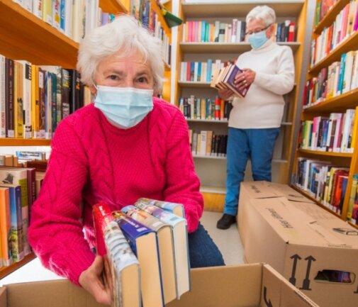 Elfriede Wieland (vorn) und Cristine Viehweger betreuen die Auerbacher Bibliothek schon seit vielen Jahren im Ehrenamt. Seit dem 5. Januar sind sie mit dem Umzug beschäftigt.