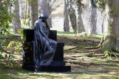 """Die Plastik """"Die Trauernde"""" an ihrem neuen Platz auf dem Plauener Hauptfriedhof."""