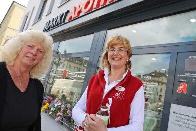 """Petra Zehe (links) vom Hospizdienst """"Nächstenliebe"""" besuchte Constanze Süßdorf-Schönstein in ihrer Oelsnitzer Markt-Apotheke. Die Inhaberin spendete dem Verein 5000 Euro für die Hospizarbeit."""
