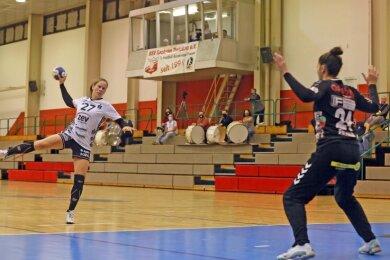 Fast leer war die Tribüne am Samstag in der Sporthalle Neuplanitz. Jenny Choinowski (links) und das Team des BSV Sachsen Zwickau meisterten das erste Geisterspiel in der Vereinsgeschichte mit Bravour.