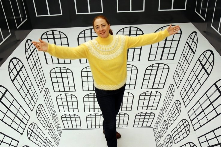 """Patrizia Meyn, Geschäftsführerin der sehenswerten Drei, steht in einer3D-Illusion in der Sonderschau """"Ausgetrickst"""" im Schloss Augustusburg. Die interaktive Ausstellung ist bis 2022 verlängert."""