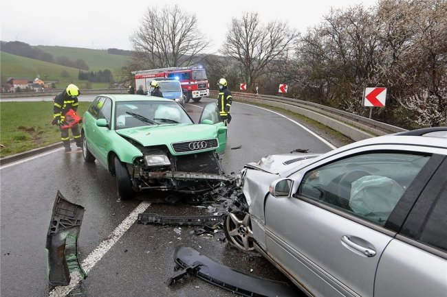 Nach einer Kollision auf der B 173 am Sonntag mussten beide Autos, ein Audi und ein Mercedes, abgeschleppt werden.