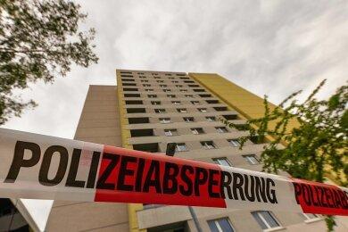 Das Gesundheitsamt Dresden hat das Studentenwohnheim im Stadtteil Strehlen mit mehr als 200 Bewohnern unter Quarantäne gestellt. Dort wohnte der Verstorbene in einer Wohngemeinschaft.