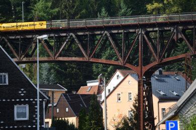 """Das Viadukt über der Oberfrohnaer Straße muss dringend mit neuem Rostschutz versehen werden. Mit einem Transparent mit der Aufschrift """"120 Jahre Viadukt: brauche dringend Hilfe!"""" fordert die Unabhängige Bürgerinitiative Rabenstein das schon seit Jahren."""