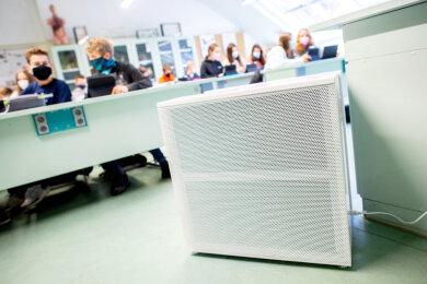 Ein mobiles Luftfiltergerät steht im Fachraum einer Schule in Deutschland, um die Konzentration von Aerosolen in Klassenräumen zu senken.