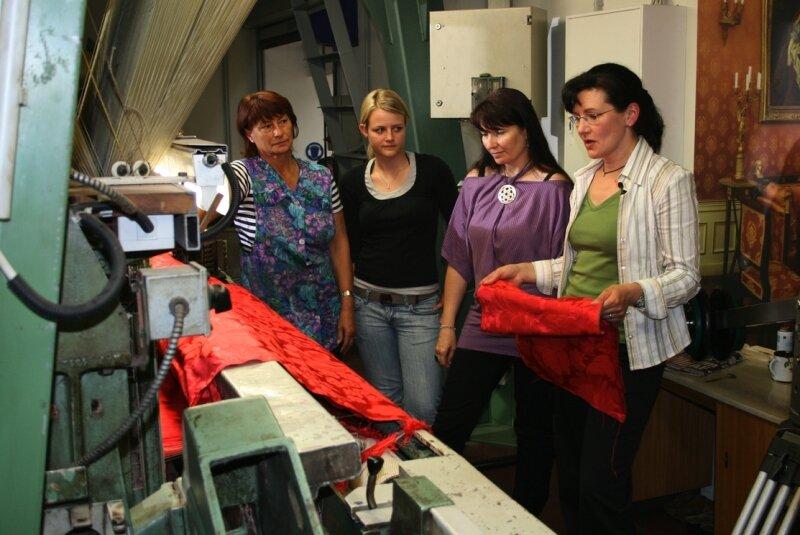 Diplomtextilgestalterin Andrea Löffler, Victoria Hammer von der Burghauptmannschaft Österreich, Auszubildende Susanne Müller und Weberin Brigitte Mende (von rechts) beim Fachsimpeln über die Seidenstoffe.