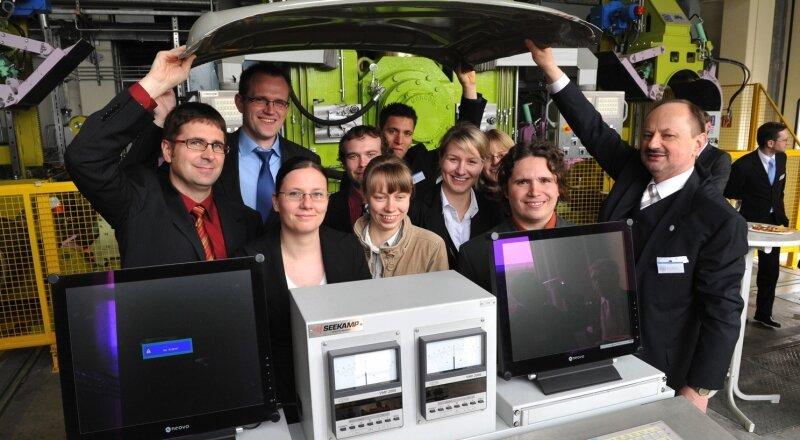 """<p class=""""artikelinhalt"""">Lutz Krüger und Rudolf Kawalla ( v. l. vorn) von der TU Bergakademie Freiberg haben gestern zur Eröffnung des neuen Zentrums an der Universität eine Automotorraumabdeckung aus Magnesium vorgestellt. </p>"""
