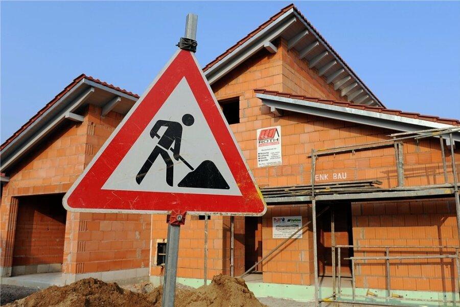 Ab September soll die Bebelstraße in Rodewisch grundhaft ausgebaut werden. Foto: Armin Weigel/dpa