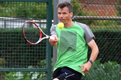 Tennisspieler Andreas Jost darf mit seinen Frankenberger Vereinskollegen unter Auflagen weiter trainieren. Einmal wöchentlich macht der Verein von dieser Möglichkeit Gebrauch und fährt in die Brand-Erbisdorfer Halle.