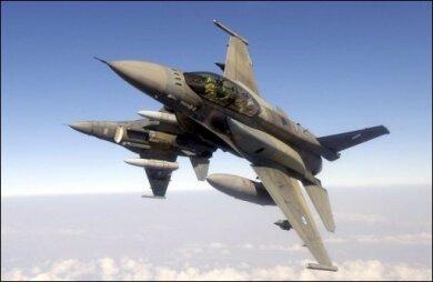 Ein Kampfflugzeug der NATO ist durch die Aschewolke des isländischen Vulkans Eyjafjöll in Mitleidenschaft gezogen worden. In den Motoren der F-16-Jets wurden nach dem Flug durch die Aschewolke Glaspartikel entdeckt. (Archivfoto)