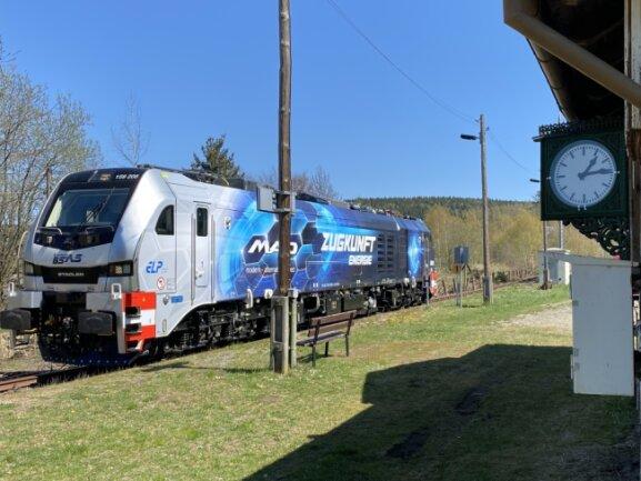 EineLok vom Typ Eurodul 215-208 war am Dienstag auf Testfahrt im Vogtland unterwegs und stoppte kurz in Gunzen.