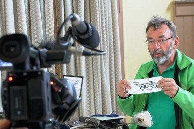 Claus Uhlmann als Chef-Organisator des RT-Treffens stand vor der Kamera Rede und Antwort.