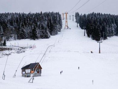 Mitten in der Skisaison ist die Piste am Fichtelberg leer. Aufgrund der geltenden Corona-Bestimmungen sind alle Einrichtungen im Skigebiet am Fichtelberg bis mindestens 10. Januar geschlossen. Sportliche Betätigung ist allerdings im Umkreis von 15 Kilometer des Wohnortes erlaubt.