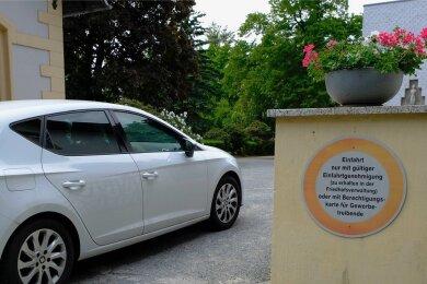 Rechts vom Haupteingang des Friedhofes warnt ein Schild: Einfahrt nur mit gültiger Einfahrtgenehmigung.