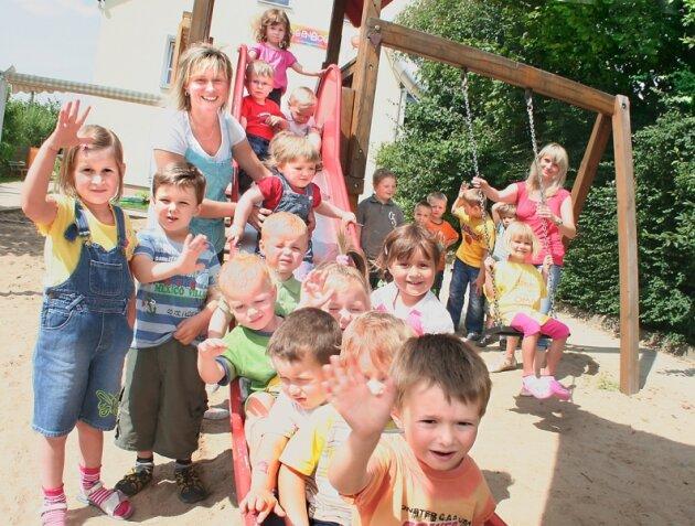Sie können sich ab November über mehr Gehalt freuen: Heike Reuter (links), Leiterin der Kindertagesstätte in Gehringswalde, und ihre Kollegin Karina Fischer.