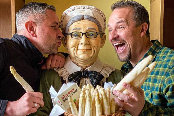 Thomas Röthe und André Gruhle (von links) verkauften Spargel in den Restaurants Pelzmühle und Miramar.