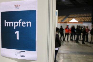 Das Impfzentrum in der Stadthalle Zwickau soll Ende Juli schließen. Im Landkreis stößt das auf Kritik.