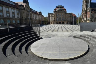 Der Theaterplatz mit dem Opernhaus gilt als erster Platz der Stadt. Bis 2023 sollen dort noch die Filmnächte stattfinden. Danach wird der Ort für Veranstaltungen zur Kulturhauptstadt benötigt. Chemnitz trägt den Titel 2025. Für die Filmnächte soll ein neuer Platz gefunden werden.