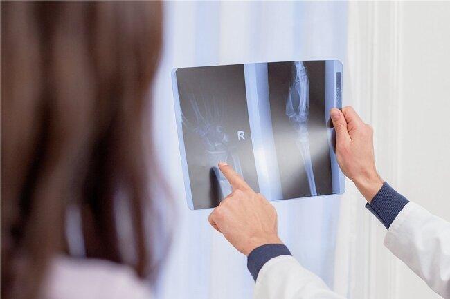 Was zeigt das Röntgenbild? Auch ein falscher Befund kann Ursache für einen Behandlungsfehler sein.