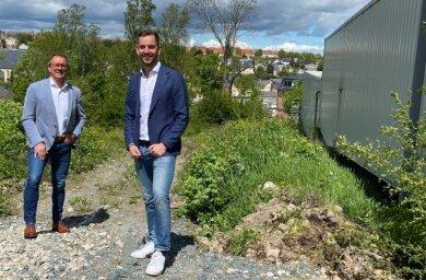 Inhaber Marco Pfitzner (l.) und sein Sohn Nico Pfitzner. Auf diesem Gelände hinter dem Einrichtungshaus beginnen nun die Bauarbeiten.