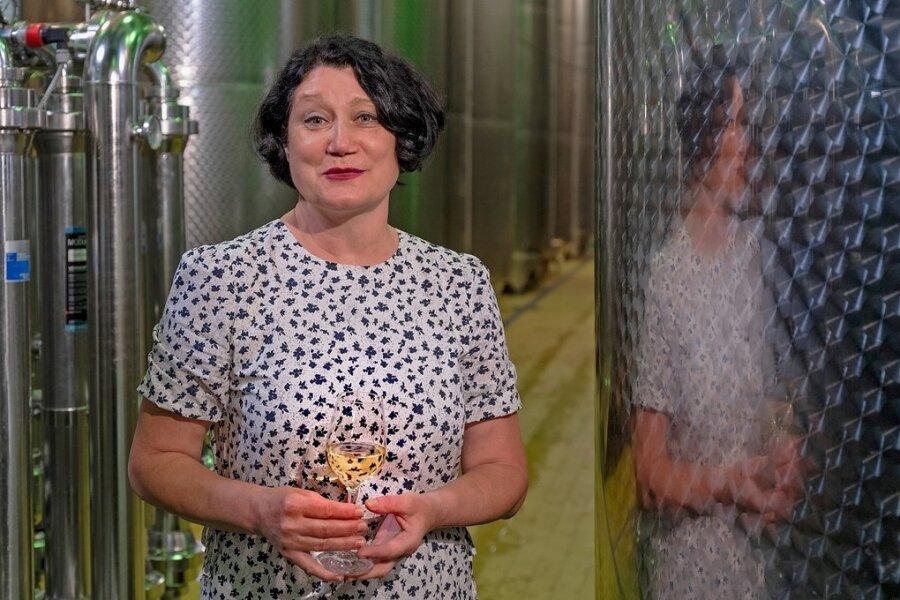 Natalie Weich (56), Kellermeisterin der Winzergenossenschaft Meißen, neben den gut gefüllten Stahltanks. Sie wurde in Kasachstan geboren und kam mit ihrem russlanddeutschen Mann und ihrer Tochter nach Deutschland. Nach einem Deutschkurs bewarb sie sich um ein Praktikum in der Winzergenossenschaft Meißen. Weich ist Jurymitglied für die Landesweinprämierung sowie bei mehreren deutschlandweiten Wettbewerben.