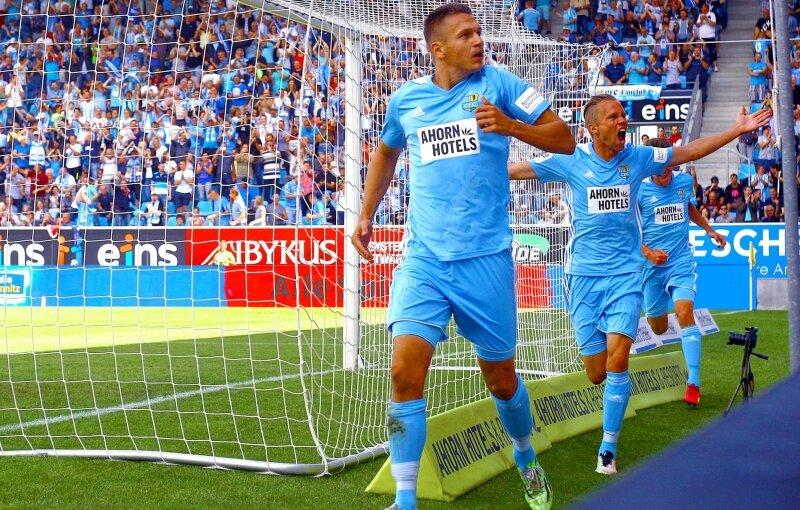 Torschütze Daniel Frahn (links) und Dennis Grote bejubeln mit den Fans das 1:0 im Westsachsenderby gegen den FSV Zwickau.