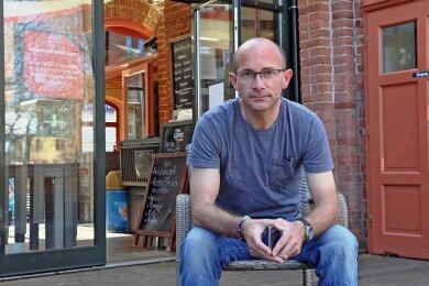 Sven Nauendorf ist froh, dass er seine Gaststätte am Zwickauer Johannisbad weiter betreiben kann. Foto: Ralph Köhler