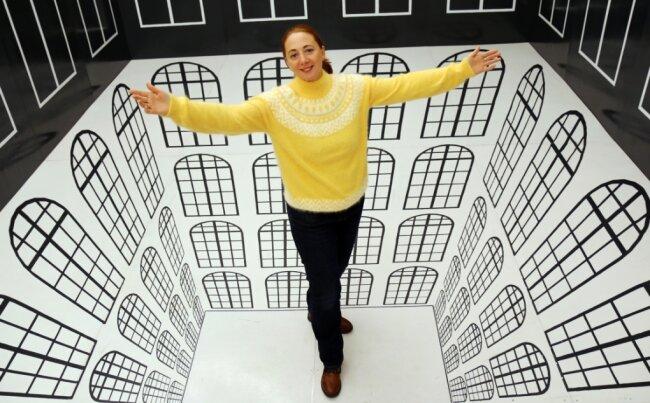 """Patrizia Meyn, die Geschäftsführerin der Sehenswerten Drei, steht in einer 3D-Illusion in der Sonderausstellung """"Ausgetrickst"""" im Schloss Augustusburg."""
