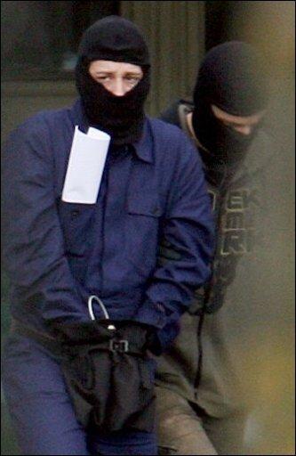 Mit der Festnahme von drei Terrorverdächtigen in einem Ferienhaus im Sauerland verhinderten die Fahnder nach eigenen Angaben Sprengstoffanschläge in Deutschland, die womöglich verheerender gewesen wären als die Attentate von Madrid und London. Das Archivfoto zeigt einen der Festgenommenen.