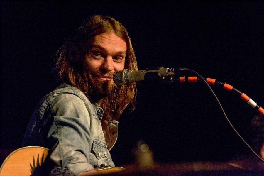 Ingo Pohlmann: Schon mit 16 ist er Sänger seiner ersten Band. Während der Maurer-Ausbildung muss er wegen seiner sehr langen Haare viel Spott der Kollegen ertragen. Schließlich wird er Musiker.
