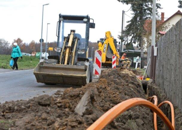 Bis Ende März verlegen die Stadtwerke Glasfaser. Dadurch ist der Verkehr auf der Hauptstraße derzeit eingeschränkt.
