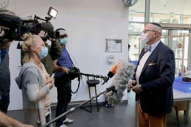 Der geschädigte Restaurantbesitzer Uwe Dziuballa trat vor Gericht auch als Zeuge auf. Hier im Gespräch mit den Medien.
