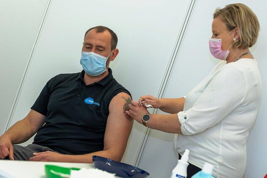 Andreas Stark aus Plauen hat den vorletzten Öffnungstag genutzt und sich im Impfzentrum Eich von Schwester Sandra eine Corona-Schutzimpfung verabreichen lassen.