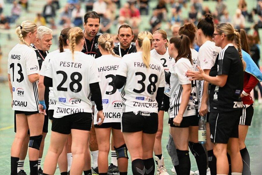 Trainer Norman Rentsch (5. v. l.) versucht im Bundesligaspiel in Buxtehude in einer Auszeit, die richtigen Worte zu finden.
