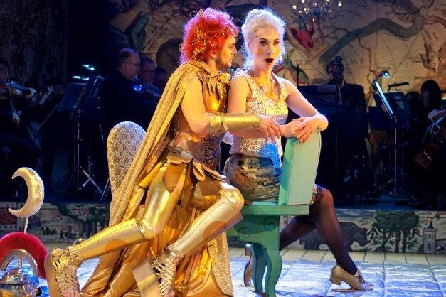 """Sängerin Nathalie Senf strebt an die Spitze einer Gewerkschaft. Das Foto zeigt sie gemeinsam mit Marian Kalus in der Haydn-Oper """"Die Welt auf dem Monde"""", die das Theater Plauen-Zwickau 2017 zeigte."""