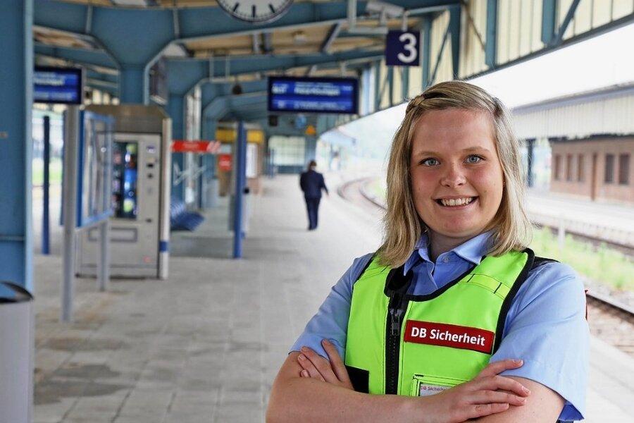 Marie-Theres Günther passt auf, dass im Zwickauer Hauptbahnhof alles seine Ordnung hat.
