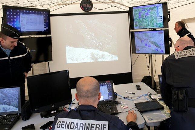 In einem der Zelte nahe der Unglücksstelle tragen die Ermittler derzeit Daten zusammen, die die Absturzursache erklären sollen.