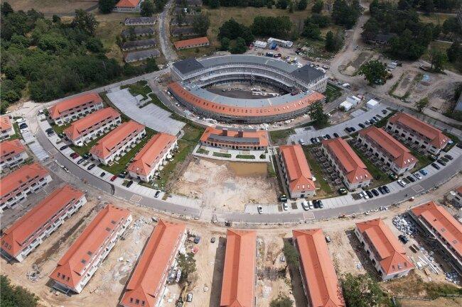 Die Struktur des Olympischen Dorfes von 1936 in Elstal bei Berlin ist noch erkennbar. Neue Wohnhäuser ergänzen sanierte und verfallene. Im Zentrum das einstige Speisehaus der Nationen.
