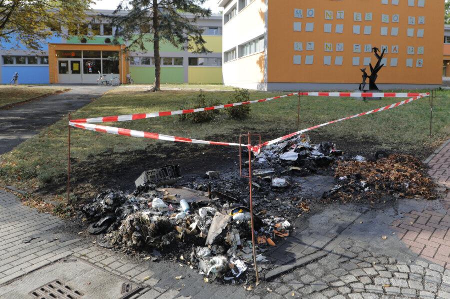 An der Ernst-Enge-Straße brannte in der Nacht zu Freitag ein Müllcontainer ab.