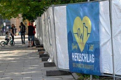 Auch der Stadthallenpark (im Foto die Abgrenzung zur Straße der Nationen) war zum Bürgerfest mit Sichtschutz abgesperrt.