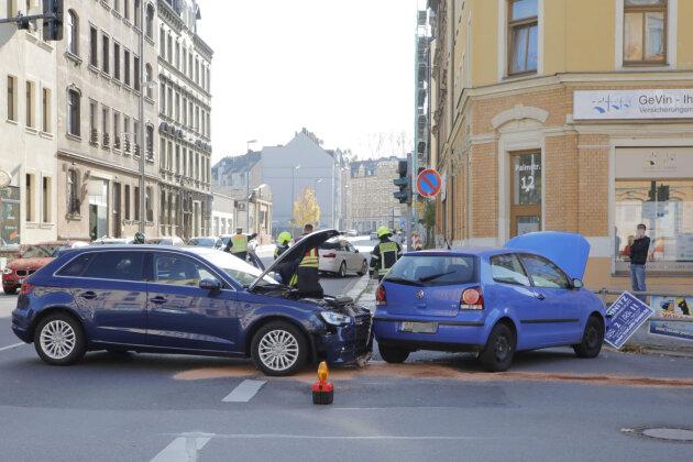 Der Audi und der VW waren am Samstag in Chemnitz zusammengekracht.