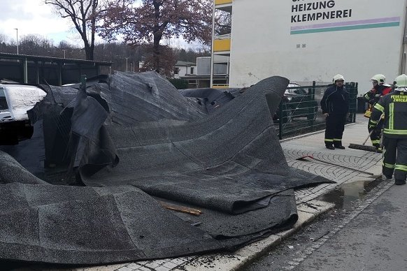 In der Schlossstraße wurde das Dach eines Wohnhauses abgedeckt. Die herunterfallenden Teile beschädigten zwei Fahrzeuge.