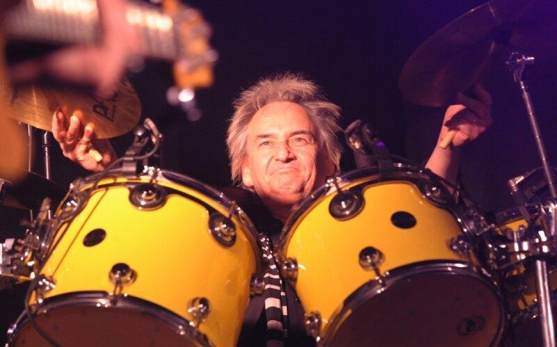 Zu den Musikern der Rudolf-Rock-Allstarband gehört auch Mickie Stickdorn, der schon Schlagzeuger bei Falco und Jennifer Rush war.