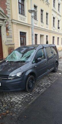 Eines der beschädigten Autos in der Schlossstraße.