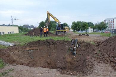 Das ausgehobene Loch am Sonntagfrüh - hier verbarg sich eine alte Wasserleitung im Boden statt einer Bombe.