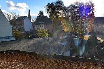 Von der hinteren Terrasse kann man den Kirchturm sehen.