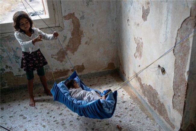 Ein Baby aus Afghanistan schläft in einem verlassenen Gebäude in der Nähe der Stadt Mytilene auf der nordöstlichen Seite der Insel Lesbos. Der griechische Migrationsminister Notis Mitarakis hat nach dem Brand des Flüchtlingslagers Moria alle obdachlosen Migranten auf Lesbos dazu aufgerufen, umgehend das neue, provisorische Zeltlager zu beziehen. Viele der Menschen haben jedoch Angst, im Lager eingesperrt zu werden, so gut wie alle hoffen auf eine Umsiedlung auf das griechische Festland oder in ein anderes europäisches Land.