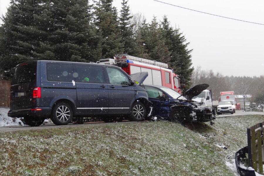 Zwei VW sind am Donnerstagvormittag bei Oelsnitz/V. zusammengestoßen.